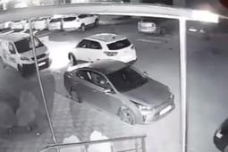 В Краснодаре мужчина топором изрубил автомобиль, стоящий на пешеходном переходе
