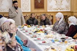 Звезда «Рубина» Гекдениз Карадениз собрал пожилых мусульман-инвалидов на благотворительный обед