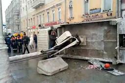 Автокран рухнул на проезжую часть в центре Москвы