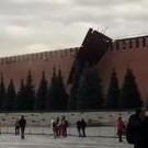 Ураганный ветер снес зубец со стены Московского кремля