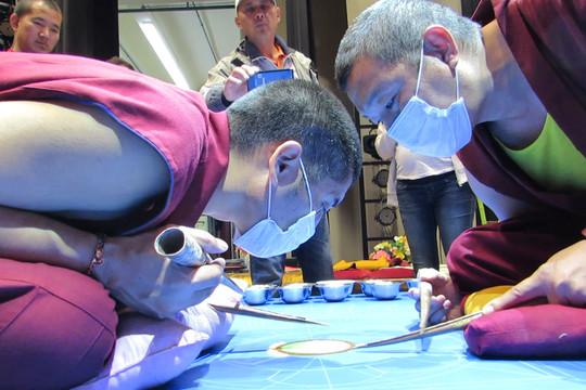 Тибетские монахи неделю создают в Казани рисунок песком, чтобы потом его разрушить