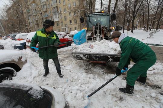 Коммунальщики вМоскве после непогоды убирают снег вусиленном режиме