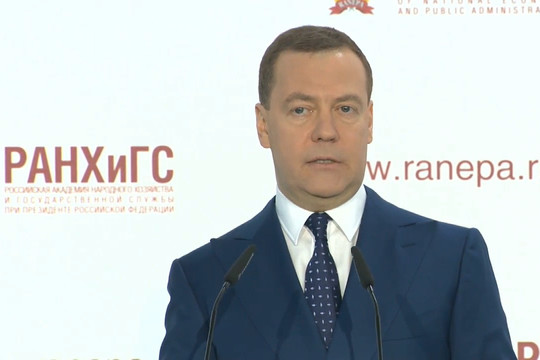 Медведев рассказал, по чьей вине Россия отказывается от доллара