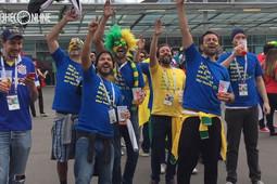Как бразильцы хотят попасть на ТV: в Питере болельщики криком врываются в прямой эфир