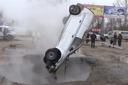 Падение машины в яму с кипятком в Пензе попало на видео