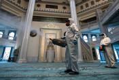 Дезинфекция в Московской соборной мечети перед молитвой во время пандемии коронавируса