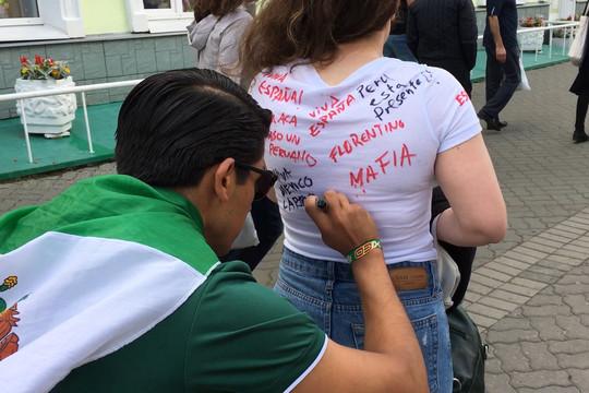 Иранцы расписались на футболках болельщиц: на Баумана ирано-татарские танцы в преддверии матча