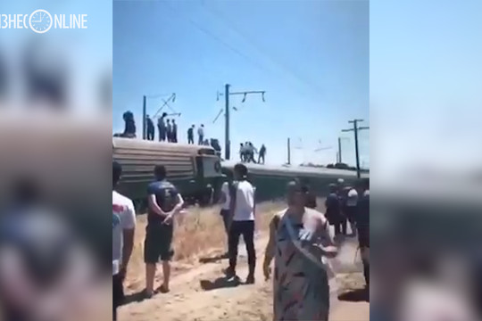 Пассажирский поезд сошел с рельсов в Казахстане
