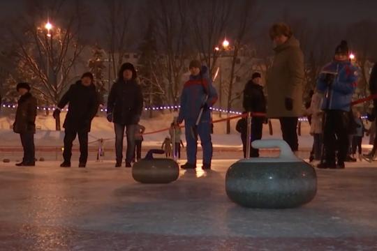 Минниханов сыграл в керлинг в парке «Черное озеро»