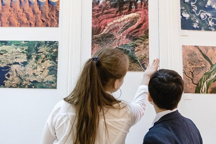 Галерея «БИЗОН» вручила лицею №35 картины от космонавта
