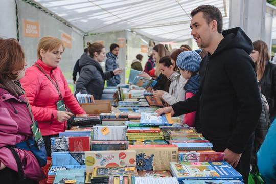 Летний книжный фестиваль открылся в парке «Черное озеро»
