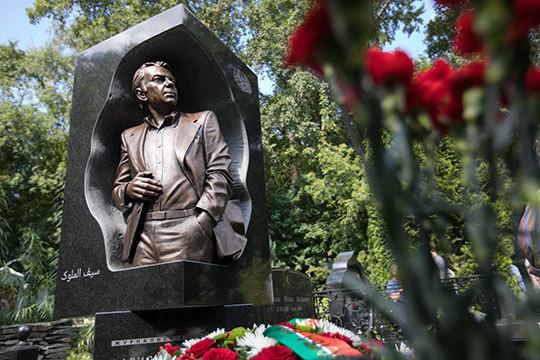 Татарстан поставил памятник на могиле легендарного Фарида Сейфуль-Мулюкова