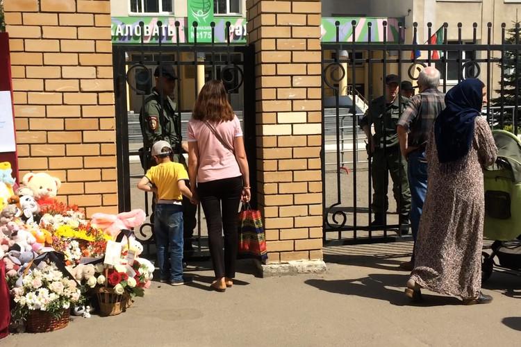 Детей и родителей начали запускать на территорию 175-й гимназии