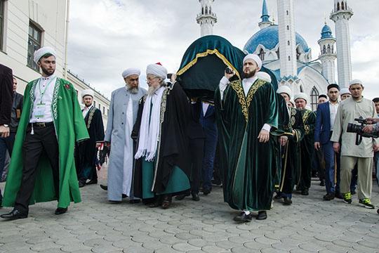 Рустам Минниханов: «Мыпомещаем наших ханов вобъятия земли»