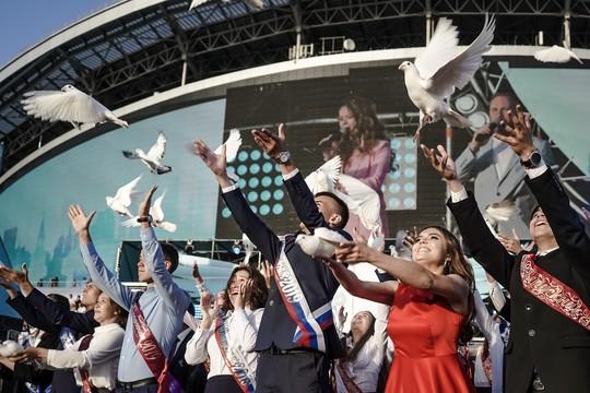 Выпускной: школьный вальс и белые голуби