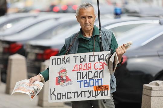 Слушания по пенсионной реформе в Думе: активисты НОД встретили участников пикетами