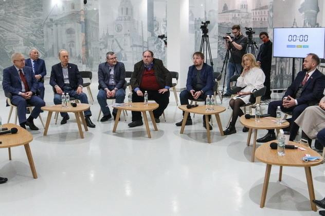 Морозов и Михеев поспорили об обещаниях избирателям на заседании клуба «Волга»
