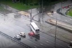 Автобус с китайскими туристами врезался в столб в Москве – десятки человек пострадали