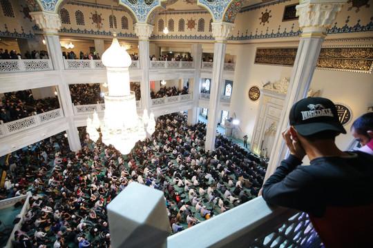 В Москве на утренний намаз в Соборную мечеть собрались 130 тыс. молящихся