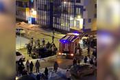 Жители Кудрово руками растолкали припаркованные автомобили, чтобы пропустить пожарную машину