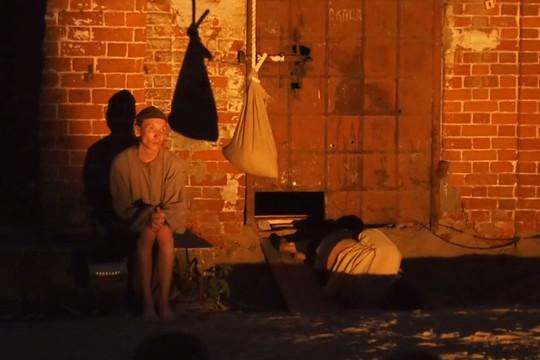На заднем дворе ТЮЗа прошла премьера спектакля «Бывшие люди» по рассказам Максима Горького