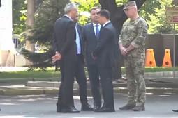 Зеленский оттолкнул министра обороны Украины