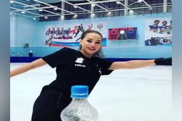 Алина Загитова открыла бутылку лезвием конька, приняв участие в модном челлендже