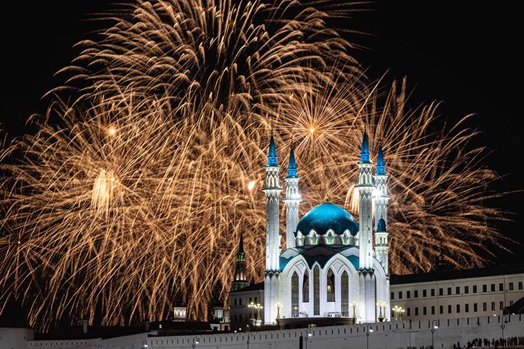 Небо над Казанью озарил праздничный салют