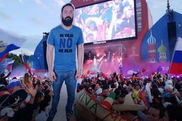 «Моя старуха не разрешила мне»: на ЧМ-2018 мексиканцы привезли в Россию картонного друга