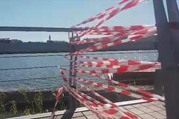 На месте падения девочки на набережной озера Кабан установили ограждение