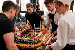 «Рекорд побит!»: ресторан «Якитория» открыл летнюю веранду самым большим стадионом из роллов