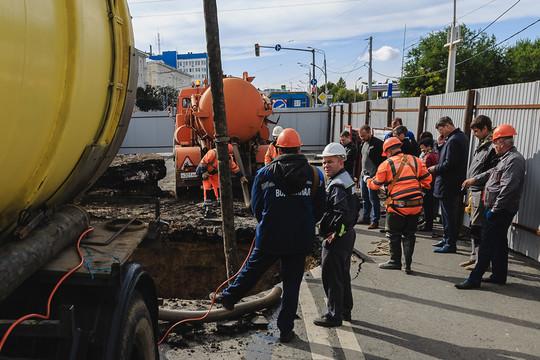 Провал на дороге спровоцировал многокилометровые пробки в центре Казани