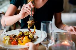 Пообедать в европейском ресторане прошлого века, попробовать свежий шашлык в центре города