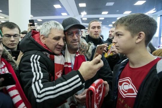 «Руководство – мерзавцы!»: болельщики «Спартака» проводили Карреру в аэропорту Шереметьево