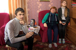 Учителя усыновили 40 детей, чтобы спасти школу в Смоленской области
