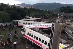 При сходе поезда с рельсов на Тайване погибли 17 человек