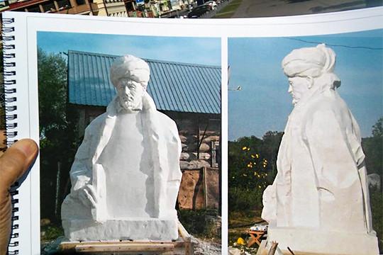 Беломраморный бюст и две ивы: в Казани, наконец, устанавливают памятник Марджани
