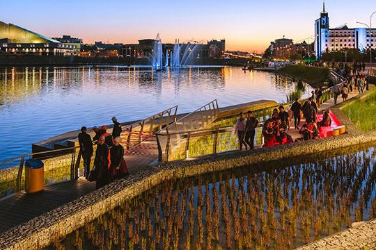 Подсвеченные камыши и китайские скамейки: вечерняя набережная озера Кабан