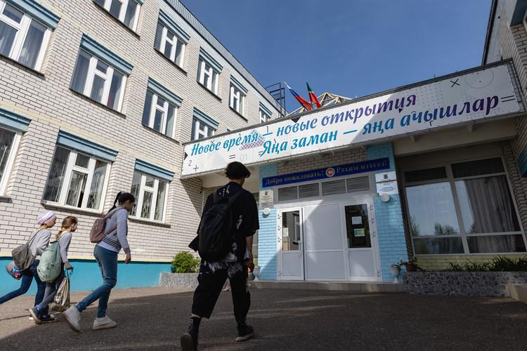 В соседней школе, куда перевели старшеклассников гимназии №175, усилили охрану за счет Росгвардии