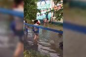 В Благовещенске после дождя затопило улицы: жители устроили заплыв