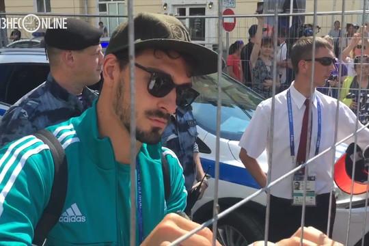 Хуммельс вышел к болельщикам после приезда в Казань