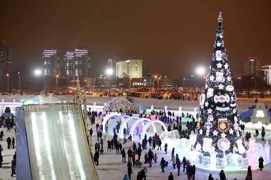 Главная елка Казани открылась у «Чаши»