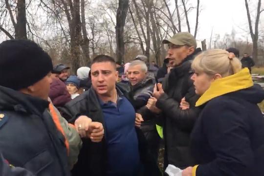 Активисты пытаются остановить снос бани в Дербышках