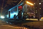 В Москве автобус протаранил ограждение и вылетел на газон: есть пострадавшие