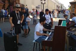 «Я лишь вытащил пианино на Баумана»: пианист-самоучка собирает толпы слушателей в Казани