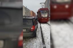 В Казани трамваи не смогли проехать из-за припаркованной машины