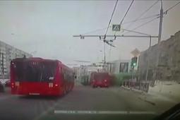 Момент столкновения автобуса и троллейбуса в Казани – пострадали три пассажира