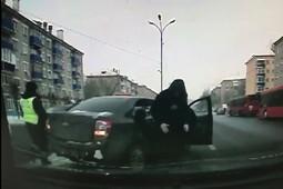 Появилось видео наезда автомобиля Chevrolet на инспектора ГИБДД в Казани