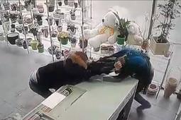 В Казани мужчина устроил погром в цветочном магазине и избил продавца