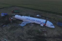 Экстренно севший на поле Airbus А321 начали разбирать